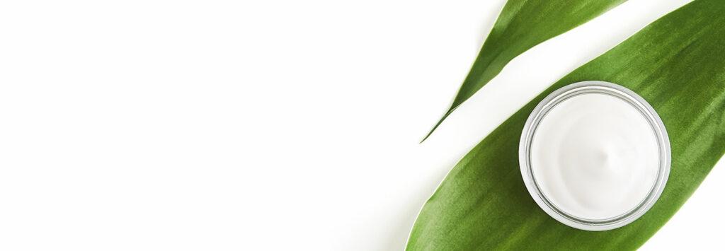 foglie con cosmetico naturale