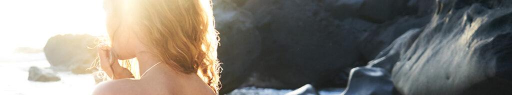 spiaggia naturale con ragazza al sole